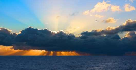 Indian ocean: sun rays and beautiful clouds